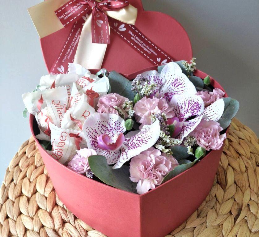 Сердце с орхидеей и конфетами в коробке размер S- 163
