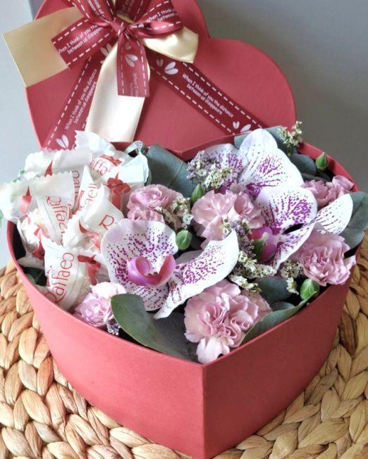 сердце с орхидеей и конфетами