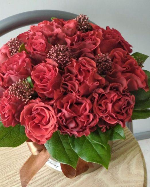 шляпная коробка из красных роз эльторро