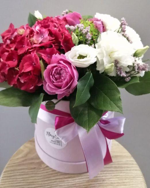 шляпная коробка с гортензией и пионовидной розой