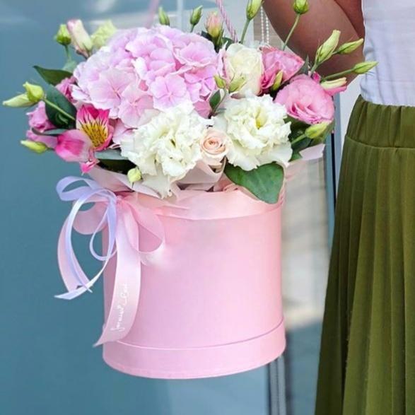 Коробка шляпная с гортензией и пионовидной розой 085
