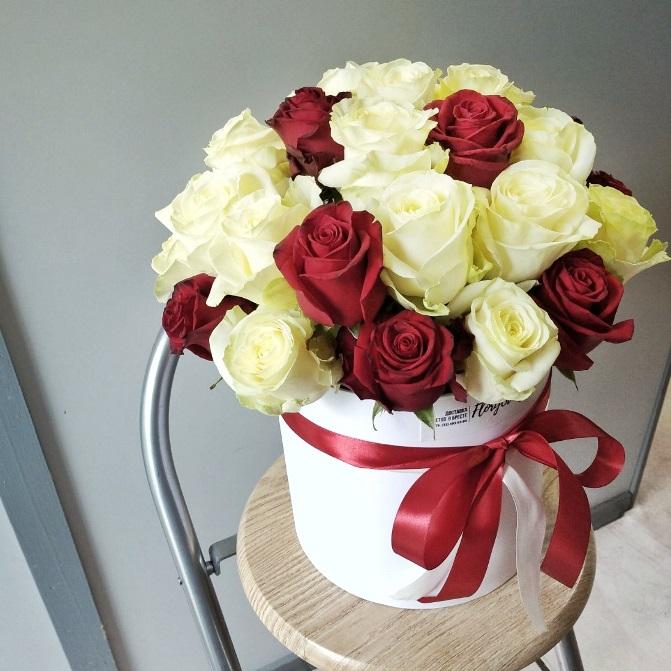 Шляпная коробка с красными и белыми розами 041