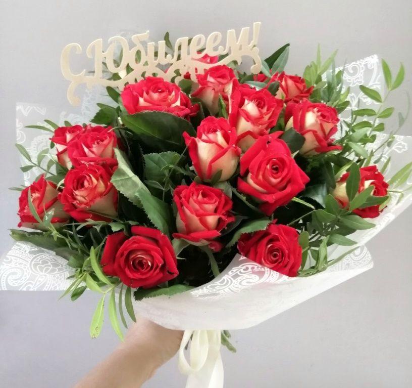 Букет из 17 двухцветных роз и зелени -169