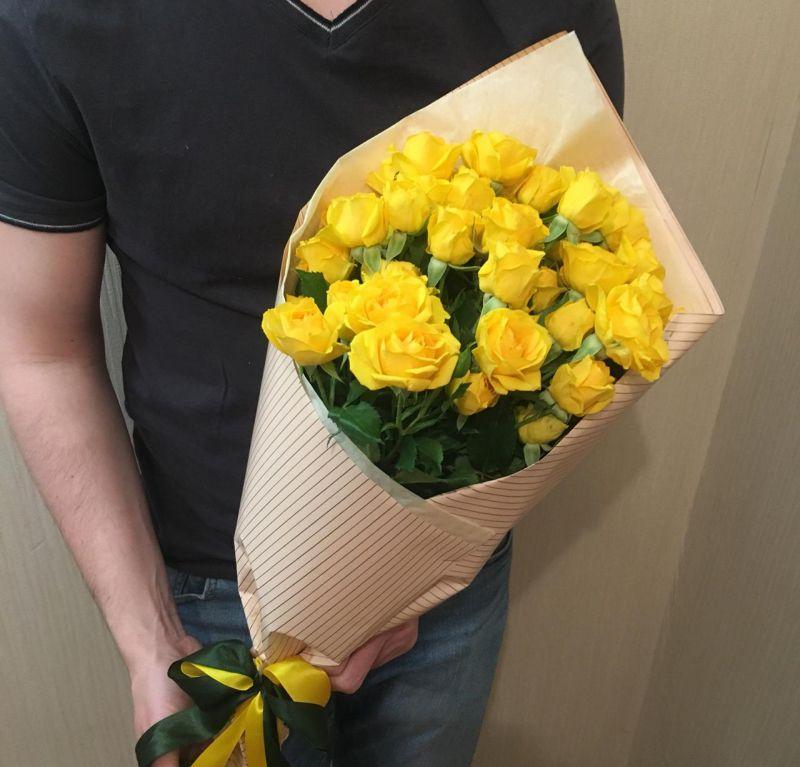 Букет из желтой кустовой розы-380
