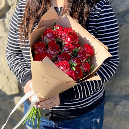 Букет из 11 красно-белых роз 327