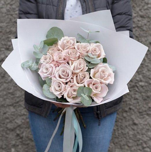 букет из сиреневых роз мента и эвкалипта