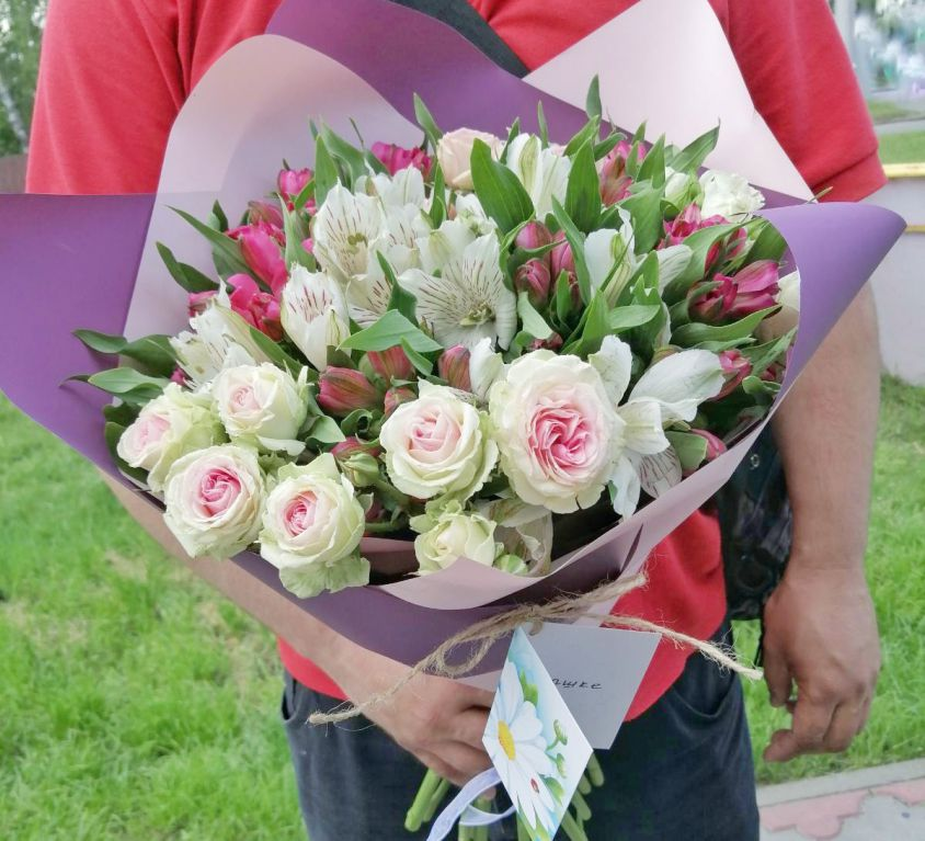 Букет сборный из альстромерии и кустовых роз 400