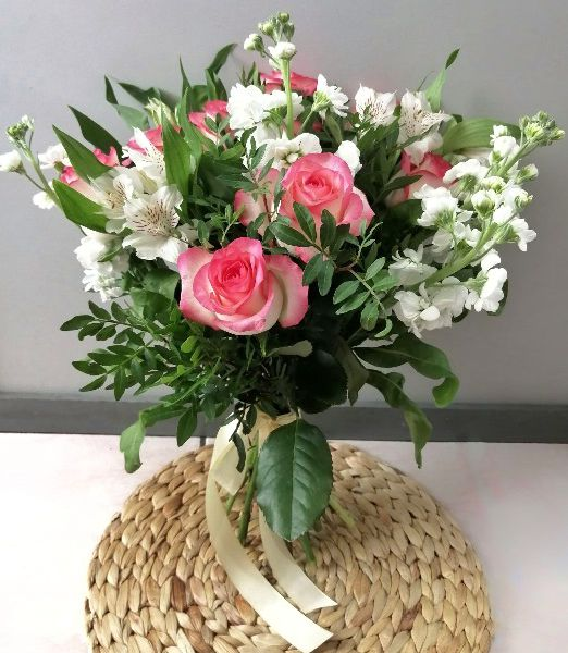 букет летний из роз и маттиолы_1