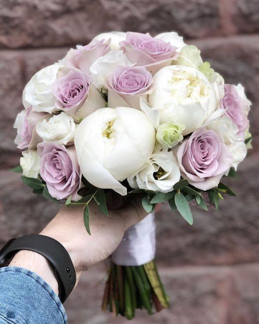 свадебный букет невесты с пионами и сиренвеой розой мента