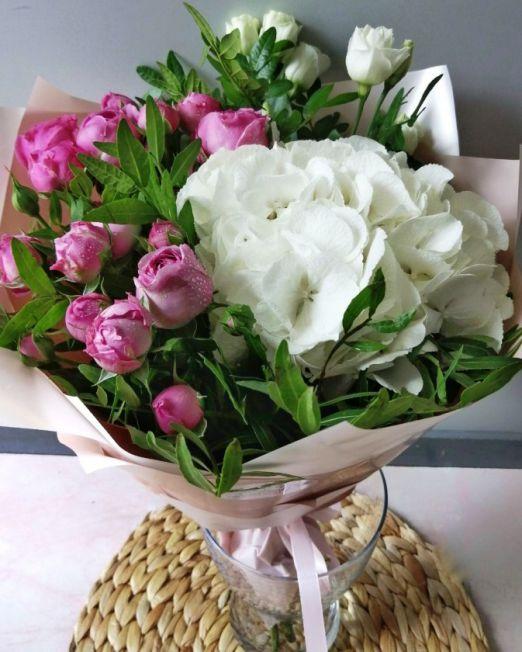 букет с белой гортензии и пионовидной розы 153