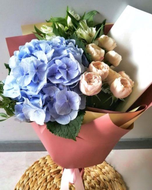 букет с гортензии и пионовидной розы