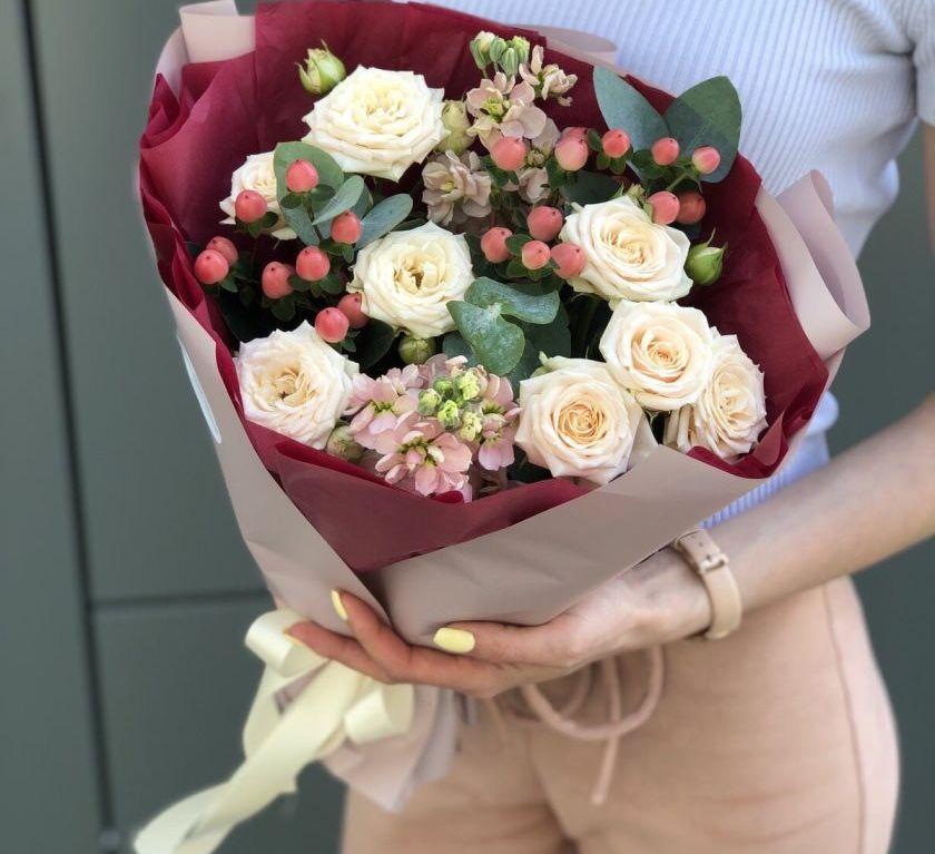 Букет сборный из маттиолы, кустовой розы, гиперикума 523