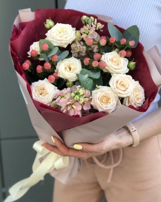 букет с маттиолой и розами