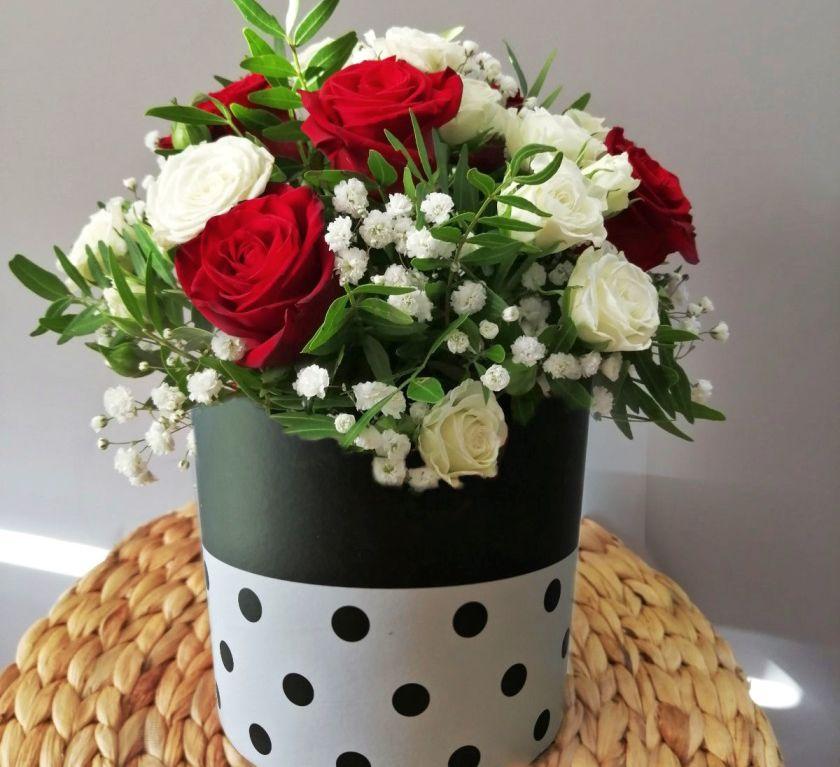 Шляпная коробка с кустовой розой 452