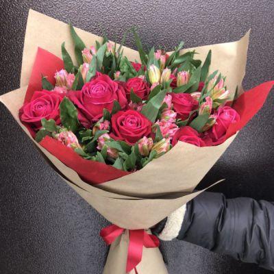 букет из розовых роз, розовой альстромерии