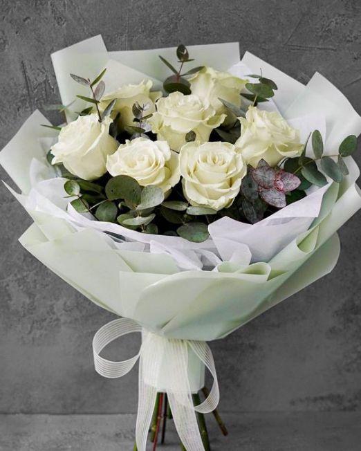 букет из белых роз мондиаль и эвкалипта