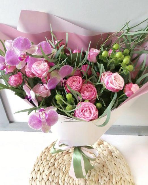 букет из пионовидной розы и орхидеи фаленопсис 2