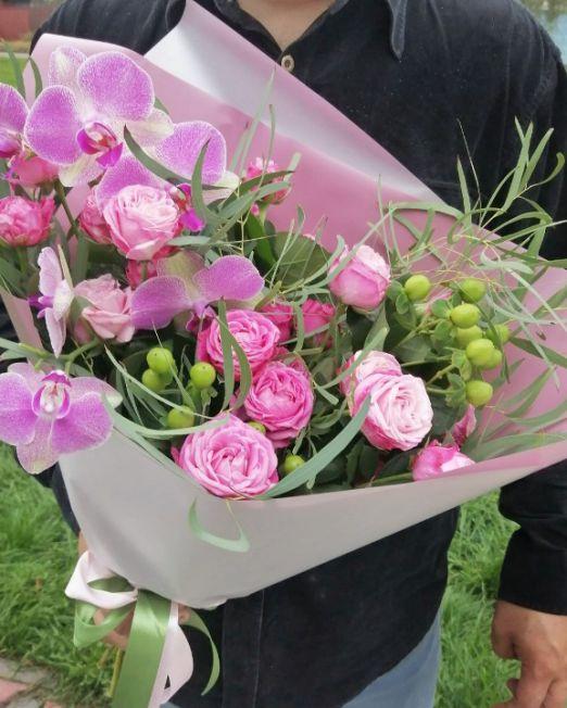 букет из пионовидной розы и орхидеи фаленопсис