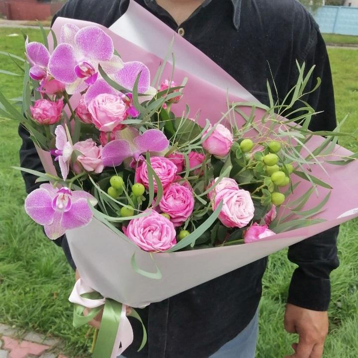 Букет сборный из орхидеи и пионовидной розы 455