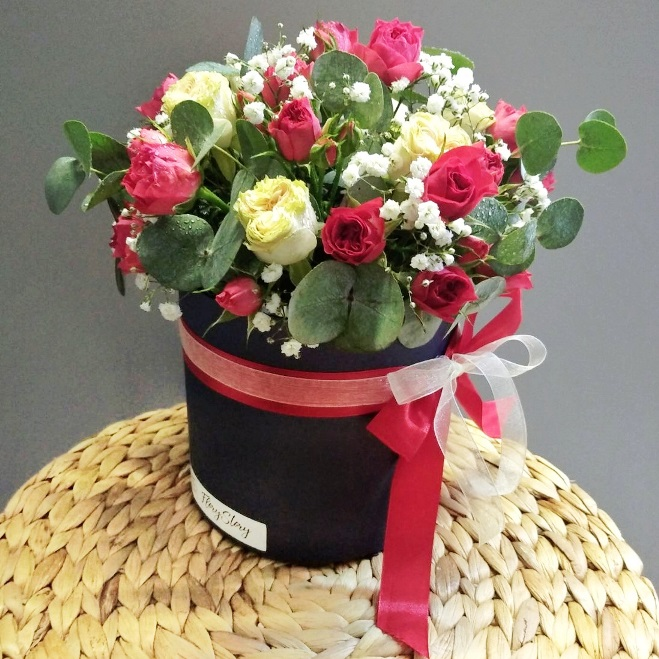 Коробка шляпная с кустовыми розами в красно-белой гамме 481