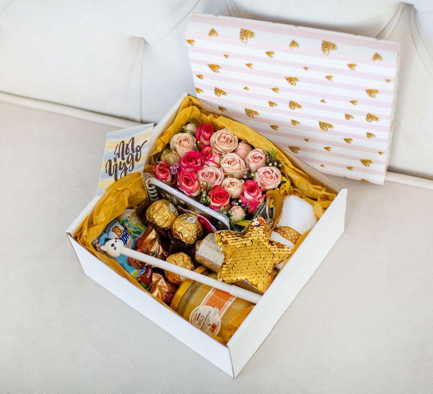 Подарочный набор с цветами и сладостями «Медовая коробка» 483