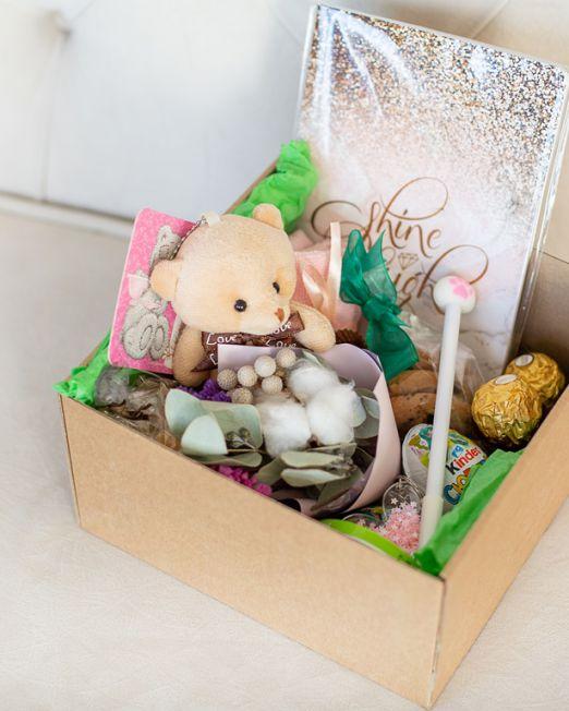 подарочный набор -коробка с цветам, игрушкой, сладостями в Бресте _8135