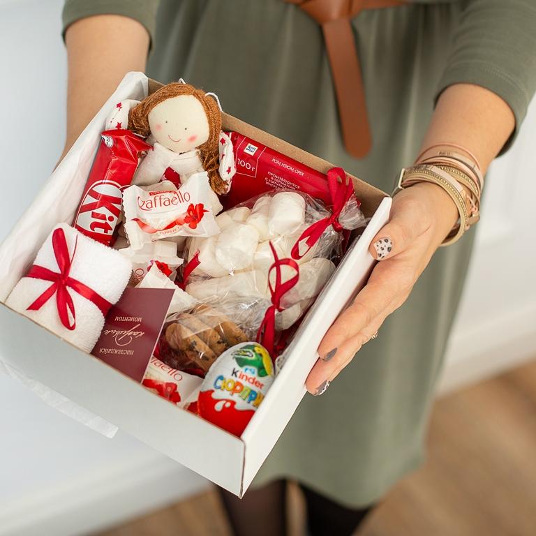 Подарочный набор с игрушкой, сладостями «В бело-красных тонах» 487