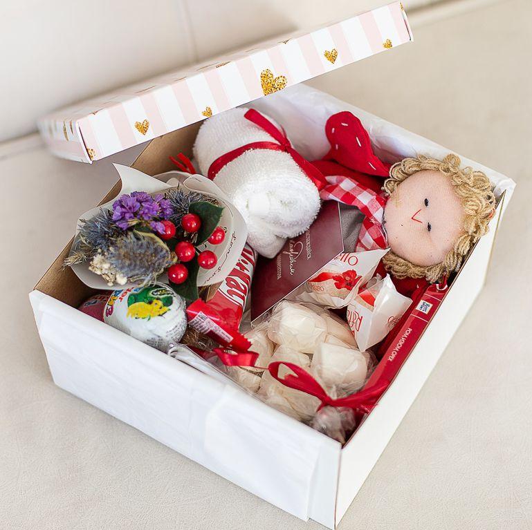 Подарочный набор с игрушкой, букетиком, сладостями «В бело-красных тонах» 489