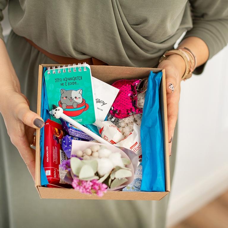 Подарочный набор с игрушкой, букетиком, сладостями «Котик» 491