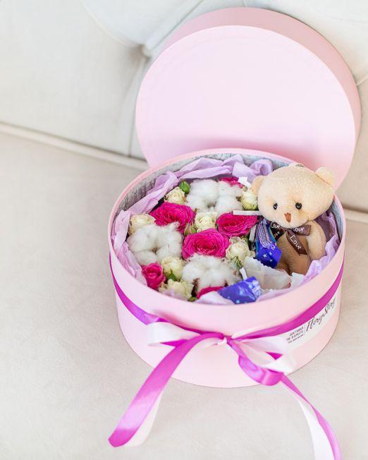 подарочный набор шляпная коробка с цветам, игрушкой, сладостями в Бресте8102