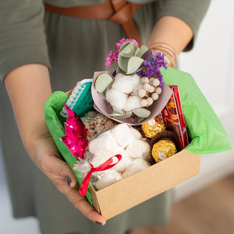 Подарочный набор с букетиком, сладостями (мини-версия) 494