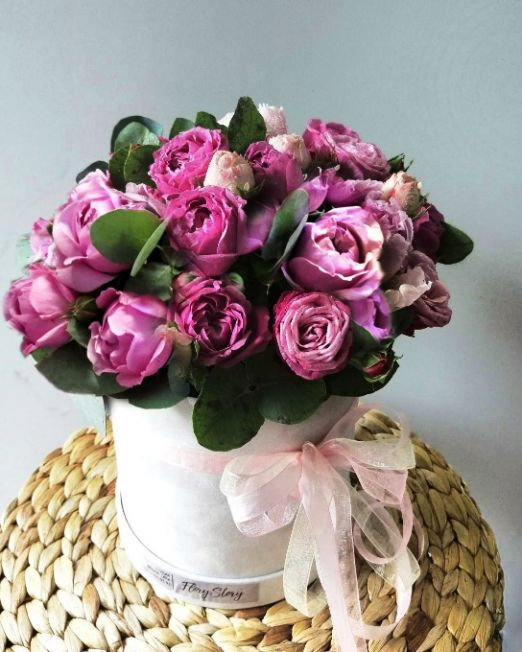 шляпняа коробка с пионовидными розами 554