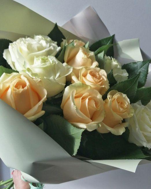 букет из белых и персиковых роз
