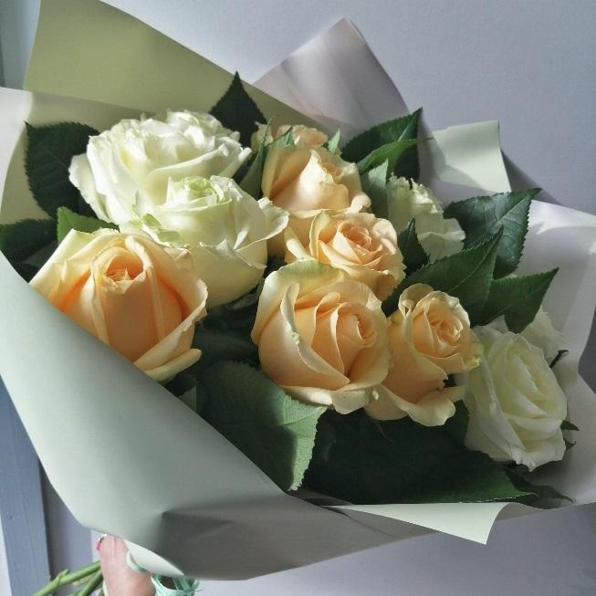 Букет из 11 персиковых и белых роз — 572