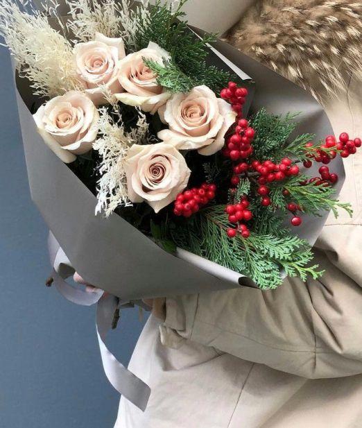 букет из ели, стабилизированного рускуса, розы и илекса 570