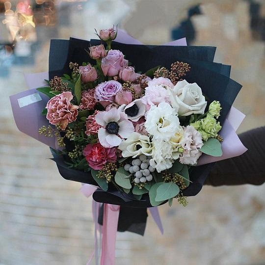 Букет из анемонов, гвоздики, кустовой розы — 569