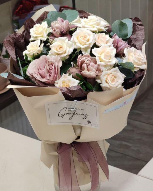букет из кустовой розы и тюльпанов