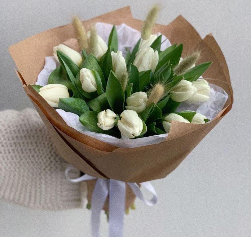 Букет сборный из 15 белых тюльпанов и лагуруса — 586