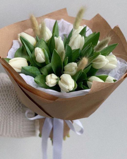 букет из 15 белых тюльпанов и лагуруса