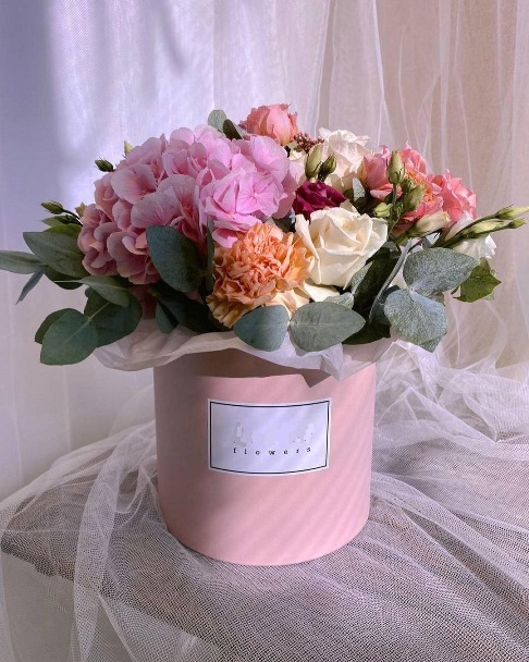 Коробка шляпная с пионовидной розой и гортензией 616