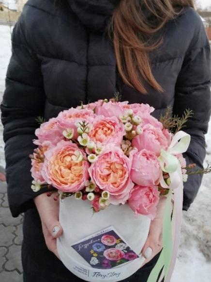 шляпная коробка с пионовидной розой джульетта