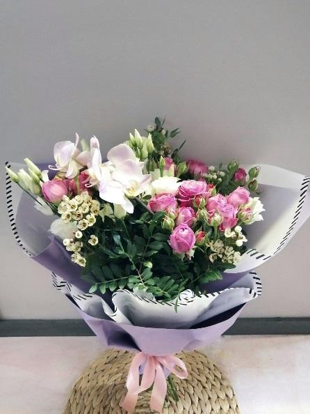 Букет из пионовидной розы и орхидеи фаленопсис 592