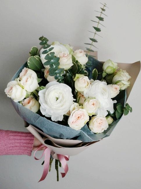 Букет сборный из ранункулюсов и розы 344