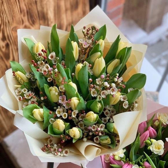 Букет из 25 тюльпанов и хамелациума 610