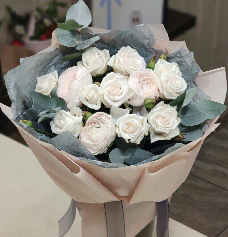 Букет с ранункулюсами и кустовой розой 619