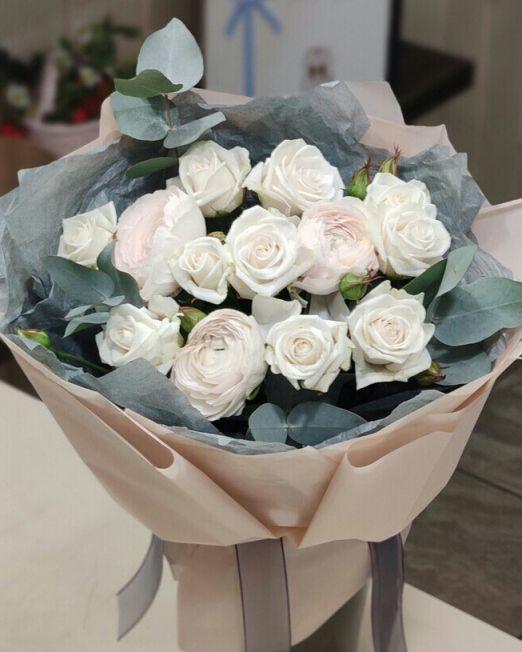 букет с ранункулюсами и кустовой розой