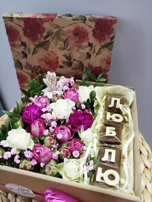 Коробка с цветами и шоколадными буквами 615