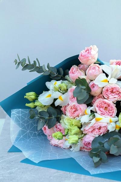 Букет из ирисов, пионовидных роз 632