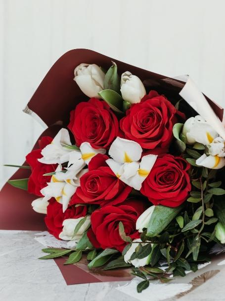 Букет из тюльпанов, ирисов и роз 630