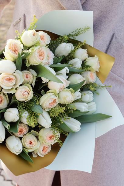 Букет из тюльпанов и кустовых роз 631